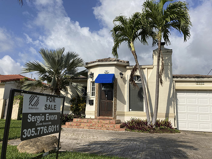 In a chaotic market demand and prices for homes in US soar